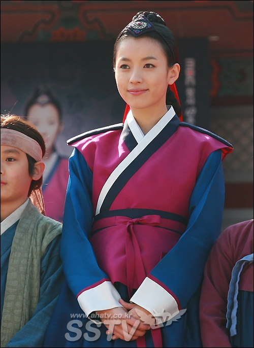 Han Hyo Joo Queen Han Hyo Joo as Dong yi Waiting