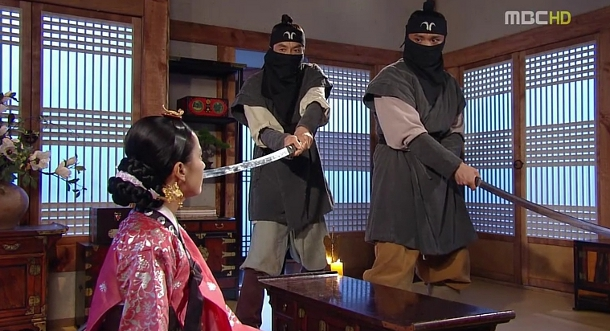 Dong Yi discusses old times with the Sword Society