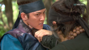 Baek Dong-Soo (Yoo Seung-Ho) fights Chun (Choi Min-Su)