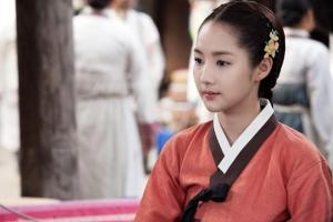 Hong Young-Rae (Park Min-Young) caught in the middle
