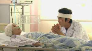Dr Jin with bandage and Yoo Mi-Na (Park Min-Young)