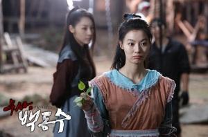 Hwang Jin-Joo (Yoon So-Yi) with Mummy Ji (Yun Ji-Min)