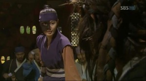 Hwang Jin-Joo (Yoon So-Yi) as the female warrior
