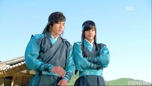 Baek Dong-Soo (Yeo Jin-Goo) and Yeo Woon (Yoo Seung-Ho) apparently on the same side
