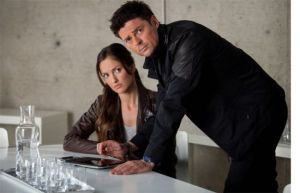 Stahl (Minka Kelly) and Kennex (Karl Urban) not being a couple
