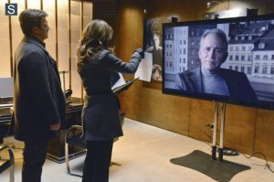 Richard Castle (Nathan Fillion) and Kate Beckett confront a witness remotely