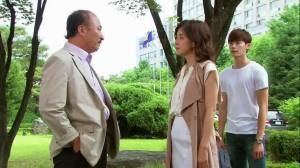 Shin Sang-Duk (Yun Ju-Sang) exchanges opinions with  Jang Hye-Sung (Lee Bo-Young) as Park Soo-Ha (Lee Jong-Suk) listens in