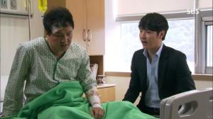 Min Joon-Kook (Jung Woong-In) tells Cha Kwan-Woo (Yoon Sang_Hyun) how he failed to rescue his victim