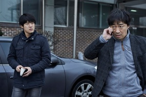Detective Eok-Gwan (Lee Sung-Min) on the right consider his strategy